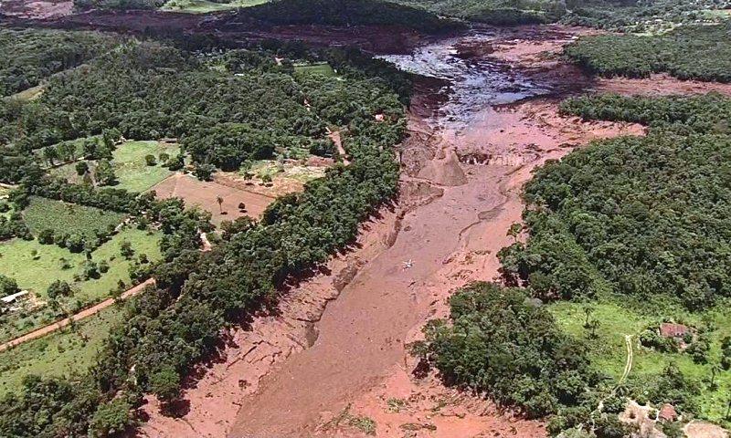 Al menos 300 desaparecidos por la ruptura de una represa enBrasil