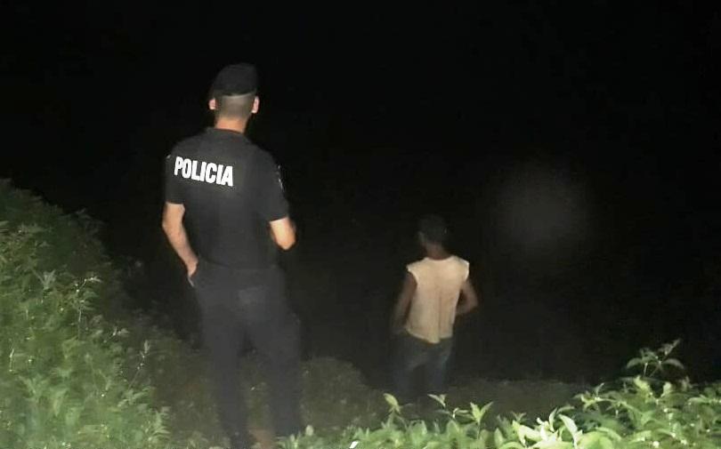 """Se fugó de la casa, movilizó a la policía y se lo encontró """"pescando"""""""