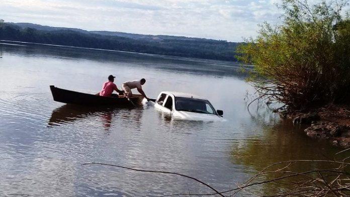 Puso marcha atrás y terminó con su camioneta adentro del RíoUruguay