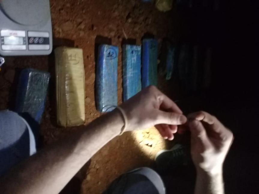 Hallaron una bolsa con 18 panes de marihuana en elmonte