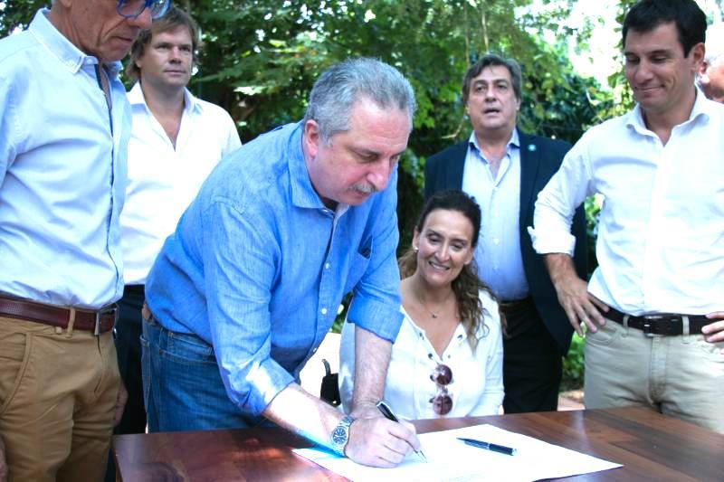 Michetti en Misiones: firmaron convenio para construir viviendas de madera por más de $500millones