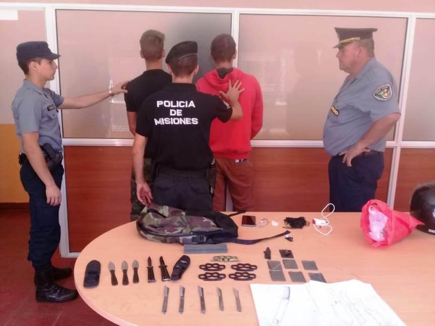 Dos jóvenes detenidos por llevar una mochila repleta de armasblancas