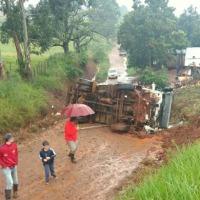 Camión perdió el control en la ruta 14 y volcó en una calle colectora
