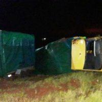 Camión de mudanzas volcó en una rotonda de la ruta 14