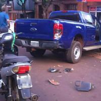Motociclista chocó contra una camioneta en el centro y otro en la autovía