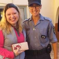 Oficial de la Policía encontró una billetera, buscó a su dueña y la devolvió