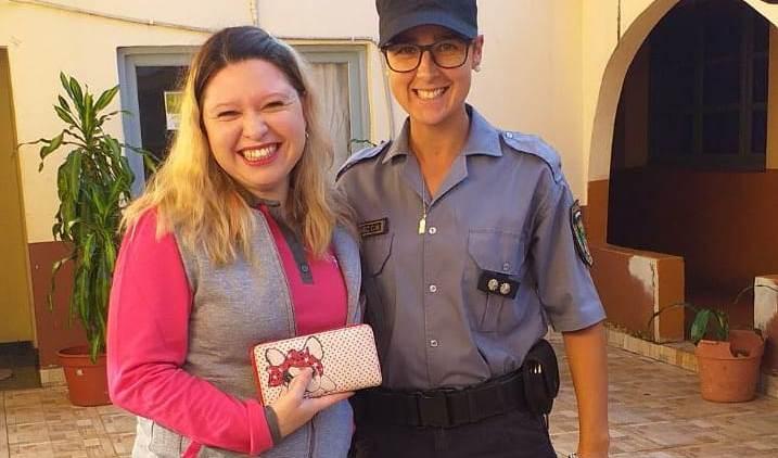 Oficial de la Policía encontró una billetera, buscó a su dueña y ladevolvió