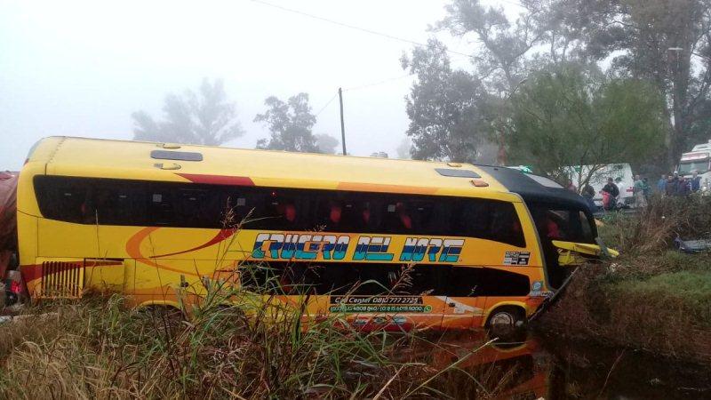 Colectivo que salió de Misiones chocó contra un camión, hay 16 heridos y unfallecido
