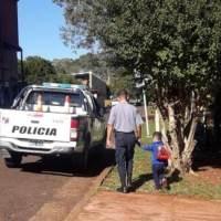 Dejaron encerrado a su hijo de 4 años, vecinos alertaron a la policía que lo rescataron