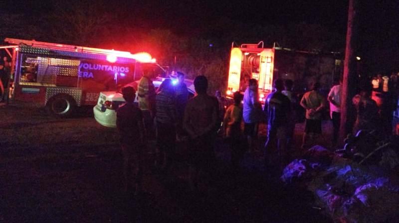 Bomberos y vecinos apagaron incendio que destruyó una casa, una mujer y sus tres hijos se quedaron sinnada