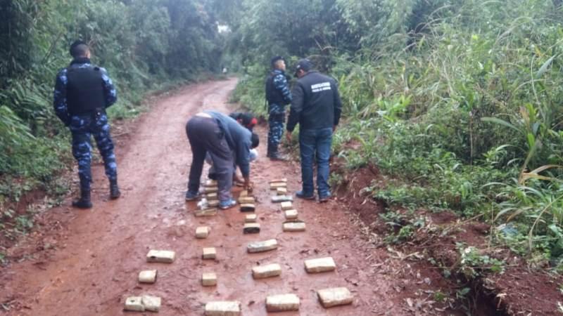 Tres golpes al narcotráfico: huyeron dejando droga por más de 1 millón depesos