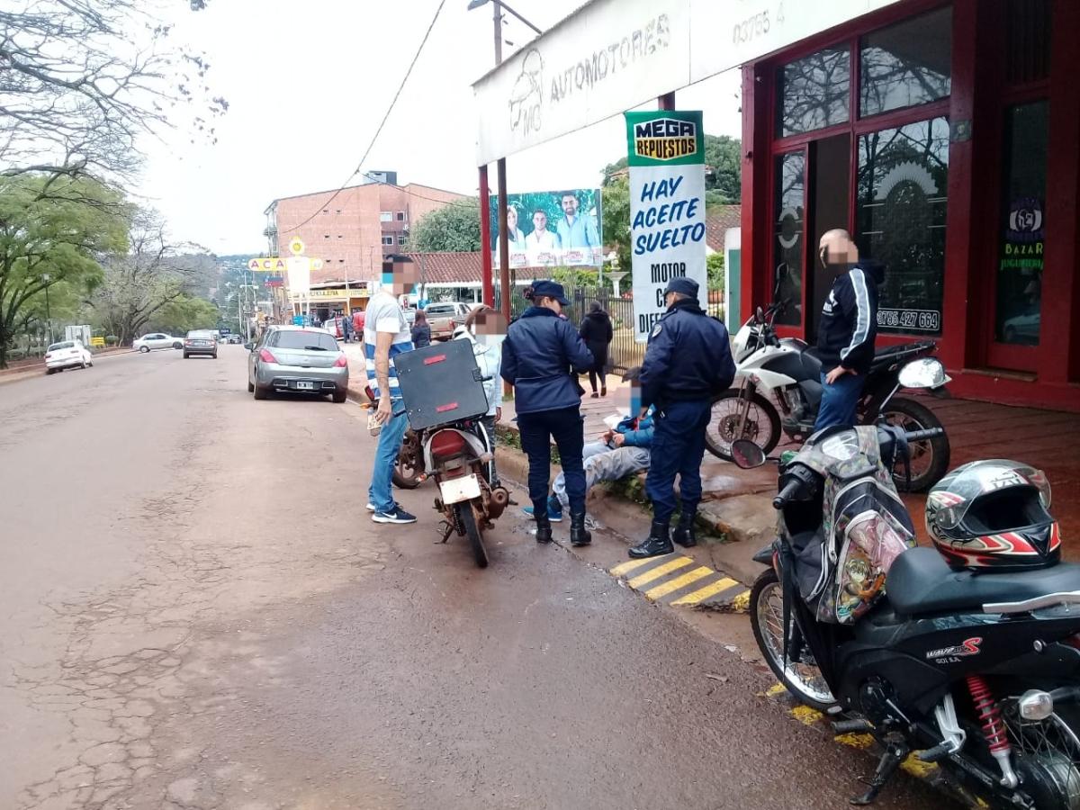 Dos motociclistas chocaron contra dos autos en el centro