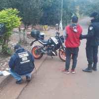Llevaba marihuana, despistó con su moto en calle Piedrabuena y terminó preso