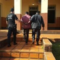Mujeres policías lo protegieron de una golpiza, y  él las atacó en sus zonas íntimas
