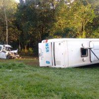 Tres pasajeros fueron dados de alta, una continúa en observación; también estuvo involucrado un camión