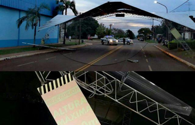 Chofer de colectivo no prestó atención y terminó derribando el techo de unescenario