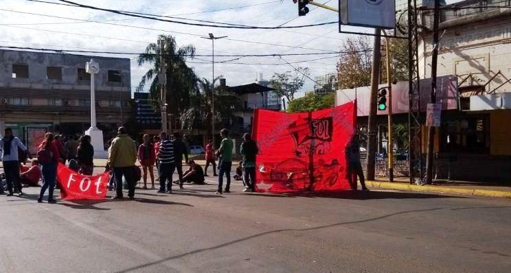 Tareferos cortan calles en reclamo de bolsas conmercaderías