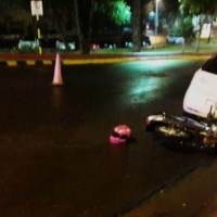 Motociclista perdió el control e impactó contra un auto estacionado