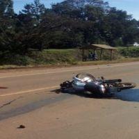 Motociclista chocó a otra moto y huyó; dos personas resultaron gravemente heridas