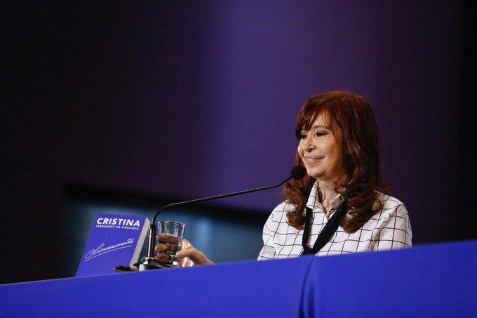 """""""Nadie quiere planes, la gente quiere un trabajo"""" dijo Cristina acusando a Macri de duplicar beneficiossociales"""