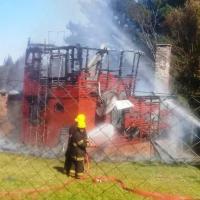 Incendio consumió una cabaña, dentro se encontraban sus tres hijos que lograron salir
