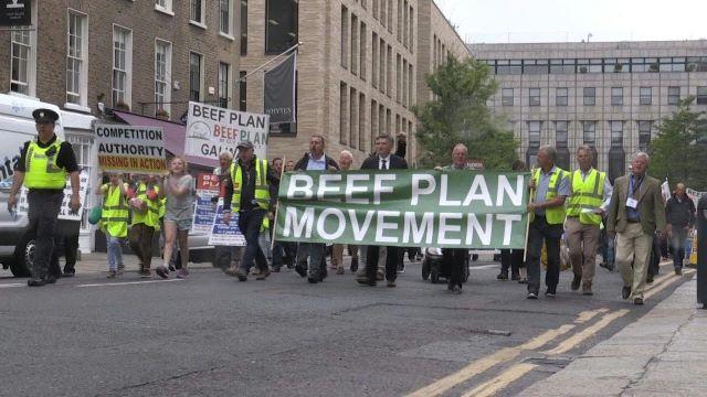 Miles de ganaderos europeos protestan en rechazo al acuerdo de libre comercio entre el Mercosur y laUE