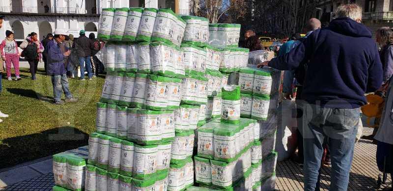 """""""Alimentazo"""": productores vendieron yerba y comida al costo en Plaza deMayo"""