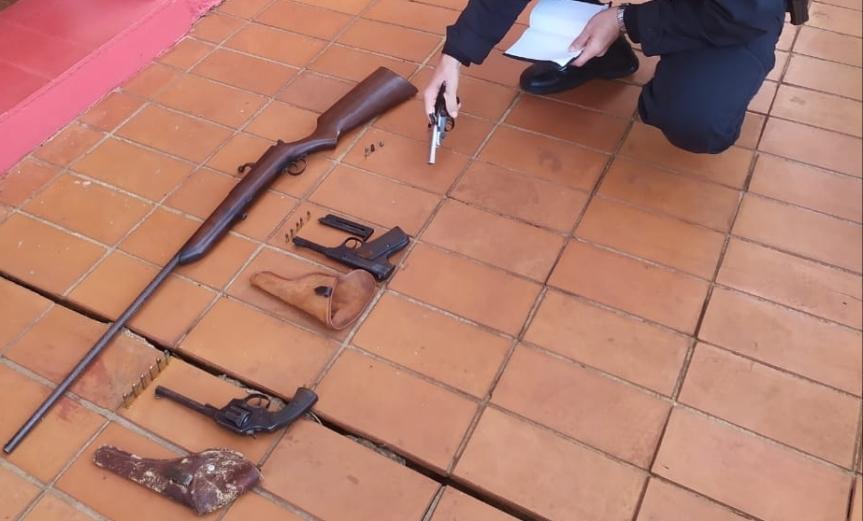 Su esposo fuertemente armado la llamaba desde la habitación a los tiros: tenía un fusil; un revólver 32 largo, una pistola automática y un doble caño320