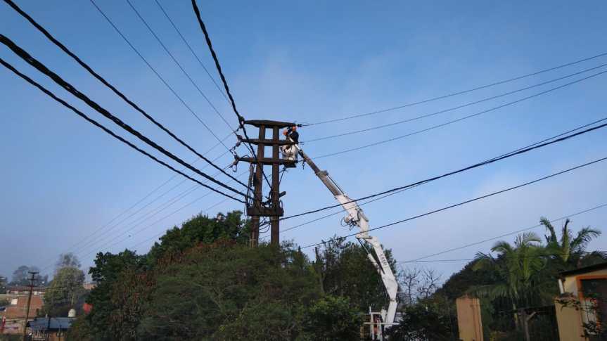 Media ciudad sin energía por un conductorcortado
