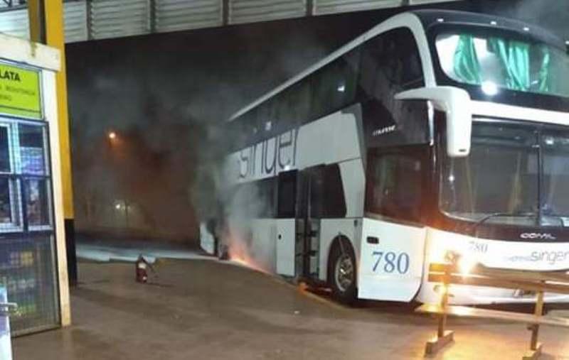 """Ómnibus se incendió en la terminal: """"se escuchó una explosión y comenzó elfuego"""""""