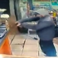Delincuentes encapuchados asaltaron kiosco frente a la Comercio