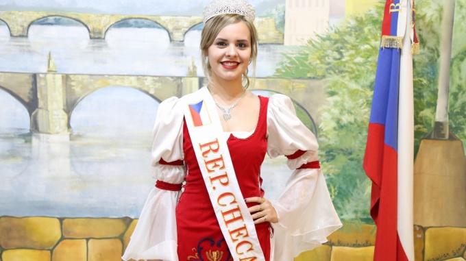 La presionaron para renunciar al trono checo por estarcasada