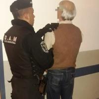Dos abuelos discutieron y uno asesinó a otro de una puñalada