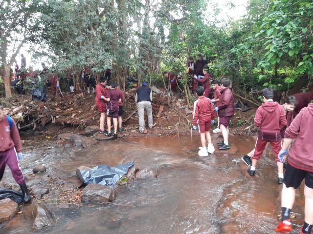 La Municipalidad y alumnos del Emanuel limpiaron parte del ArroyoMbotaby