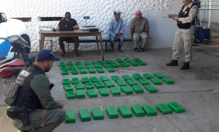 Tres narcos huyeron abandonando 100 kilos demarihuana