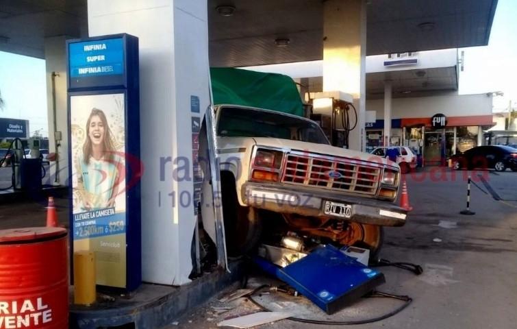 Perdió el control e impactó contra un surtidor decombustible