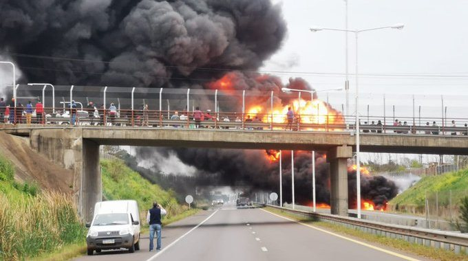 Explotó un camión con combustible en la ruta14