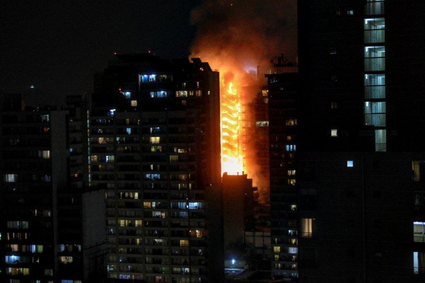 Incendiaron edificio de la empresa de energía eléctrica en Santiago de Chile por la suba en la tarifa delmetro