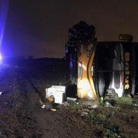 Un micro volcó tras atropellar a un hombre: 3 muertos y 38 heridos