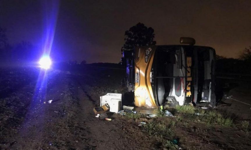 Un micro volcó tras atropellar a un hombre: 3 muertos y 38heridos