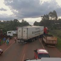 Camioneros intentaron avanzar sobre la protesta y armaron su propio piquete en la ruta 14