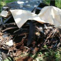 Impactó contra la rueda de una camioneta y perdió el control: dos fallecidos