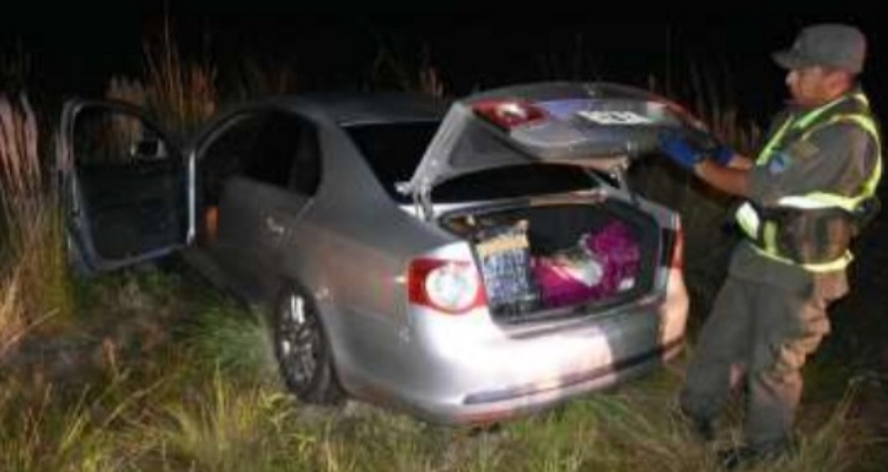 Abandonaron auto con 140 kilos de marihuana en la ruta 14, uno de los narcos fue delatado porvecinos