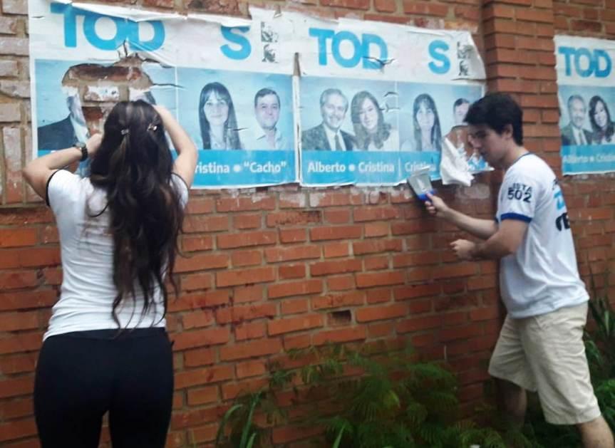 Jóvenes militantes peronistas limpian la ciudad retirando material decampaña