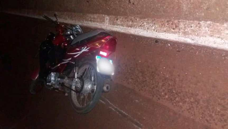 Perdió el control, despistó con su moto y falleció sobre unaavenida