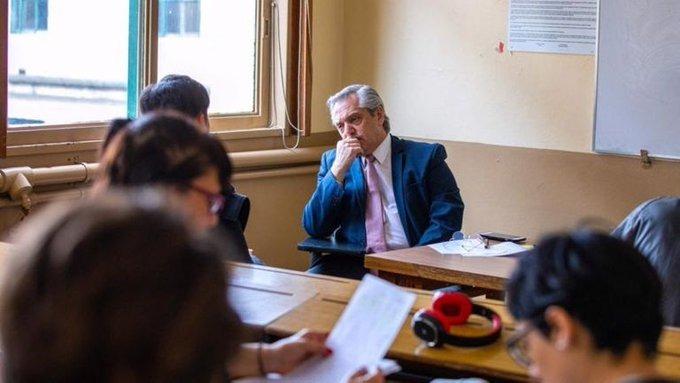 Alberto fue hoy a la Facultad de Derecho a tomarexamen