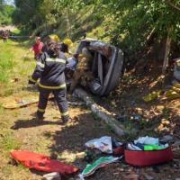 Familia quedó atrapada tras cruzarse de carril e impactar contra una alcantarilla
