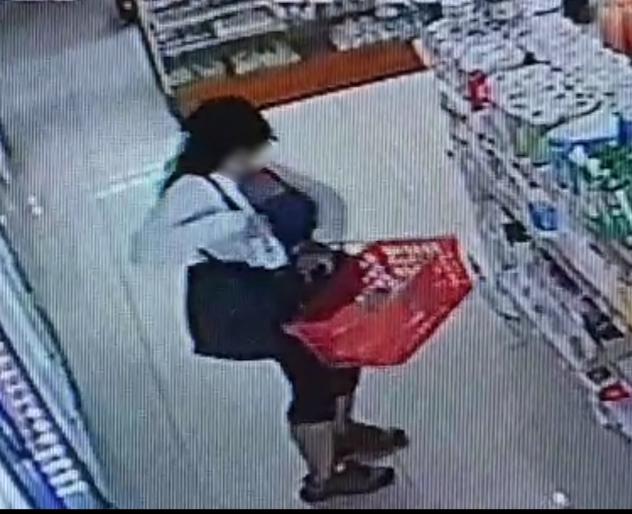 Por las cámaras se la vio robando en un minimercado; se quería llevar elementos dehigiene