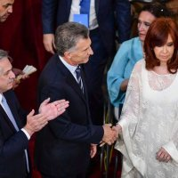 Cristina no quiso usar la misma lapicera que Macri y pidió otra, una de oro