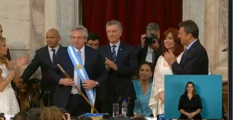 Asumieron Alberto y Cristina; Macri entregó los atributospresidenciales